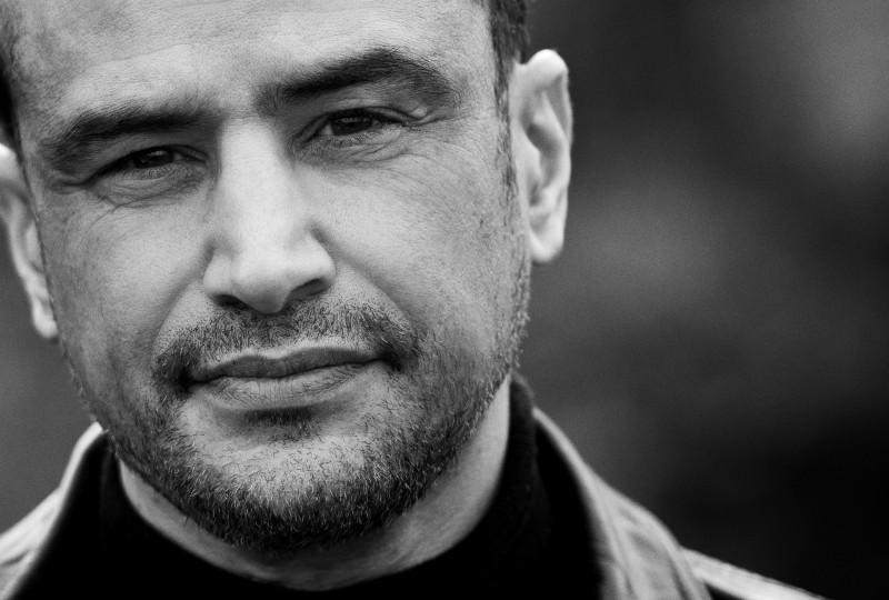 """3 vragen aan schrijver Khalid Boudou over boekverfilmingen """"Jongeren die niet snel een boek pakken, kiezen wel voor Pizzamaffia."""""""